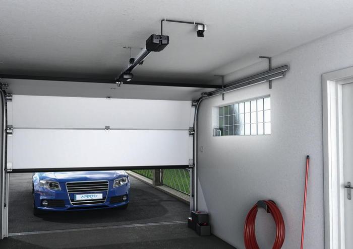 Ein Auto fährt in eine Garage