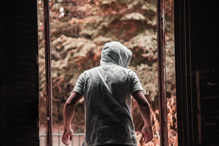Einbrecher steht in Türrahmen